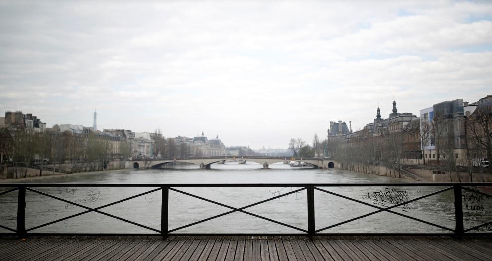 在巴黎全程封锁期间,塞纳河上空无一人,没有观光船,也没有钓客。