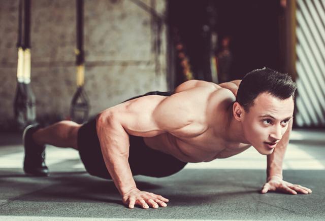想要恢复跟小伙子一样的身材,平时要多做运动。