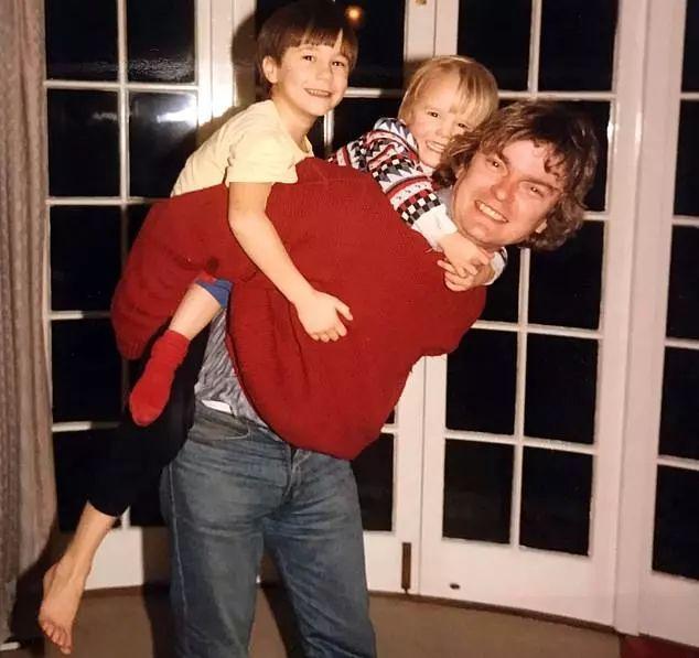 理查德与两个儿子在一起时的旧照。