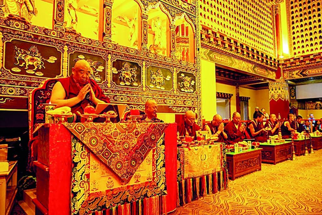 洛嘎活佛(左一)带领一众喇嘛诵经祈福。