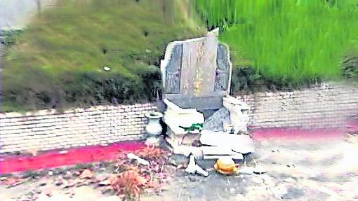 墓碑裂掉、倒塌会引发后代子孙生活不顺。