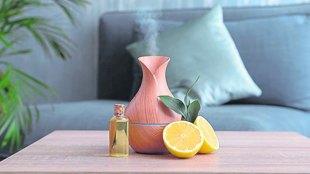 现代许多人都会在家中放精油熏香,在家中不同的方位使用适合的精油,可以改善风水运势,创造优良的居家环境。