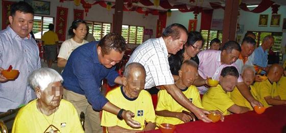 前往老人院探望老人家,和他们相处并了解他们所需要帮助的地方。