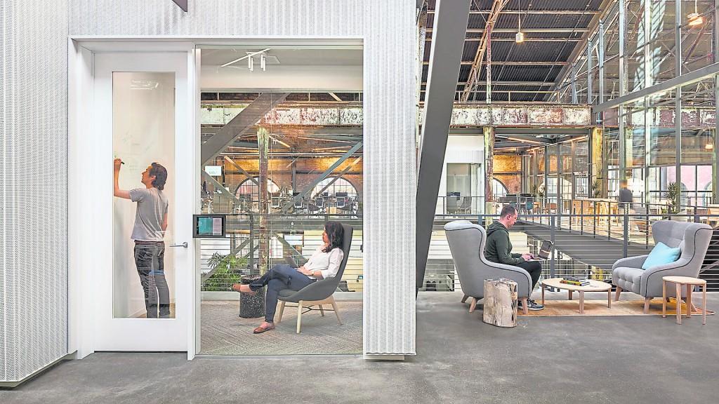 选用一间开放式大的办公室,其釆光、通风、监督、沟通都比普通办公室为优。