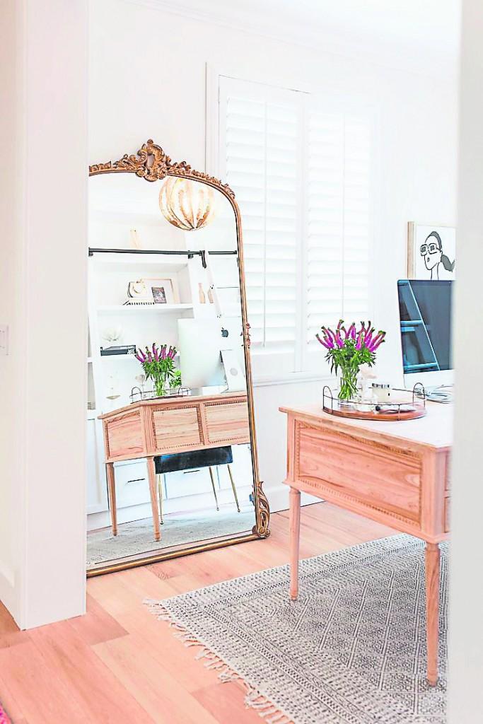 镜子为反光遮挡之物,办公室里不宜摆放镜子,会减弱人的气场。