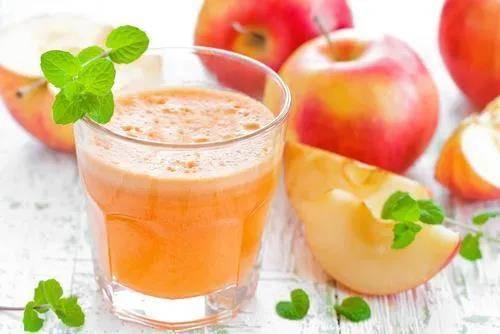 坊间流传饮用苹果汁可以排出胆结石,肠胃科医生表示,从各个病患的个案来看,这招应该无效。