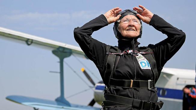 2016年时,90岁高龄的乔安娜表演跳伞,为英女王大寿庆祝,她觉得这比体操容易,但没有强心脏也是办不到的!