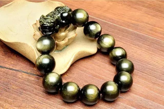 金曜石有招财的功效,对在求财求事业的人来说,是很好的利器,尤其是金曜石貔貅手链或者吊坠。