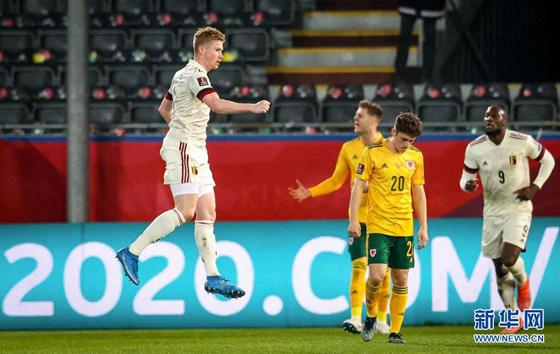 2022卡塔尔世界杯欧洲区预选赛E组首轮比赛中,比利时队主场以3比1战胜威尔士队,球员德布劳内(左一)庆祝进球。
