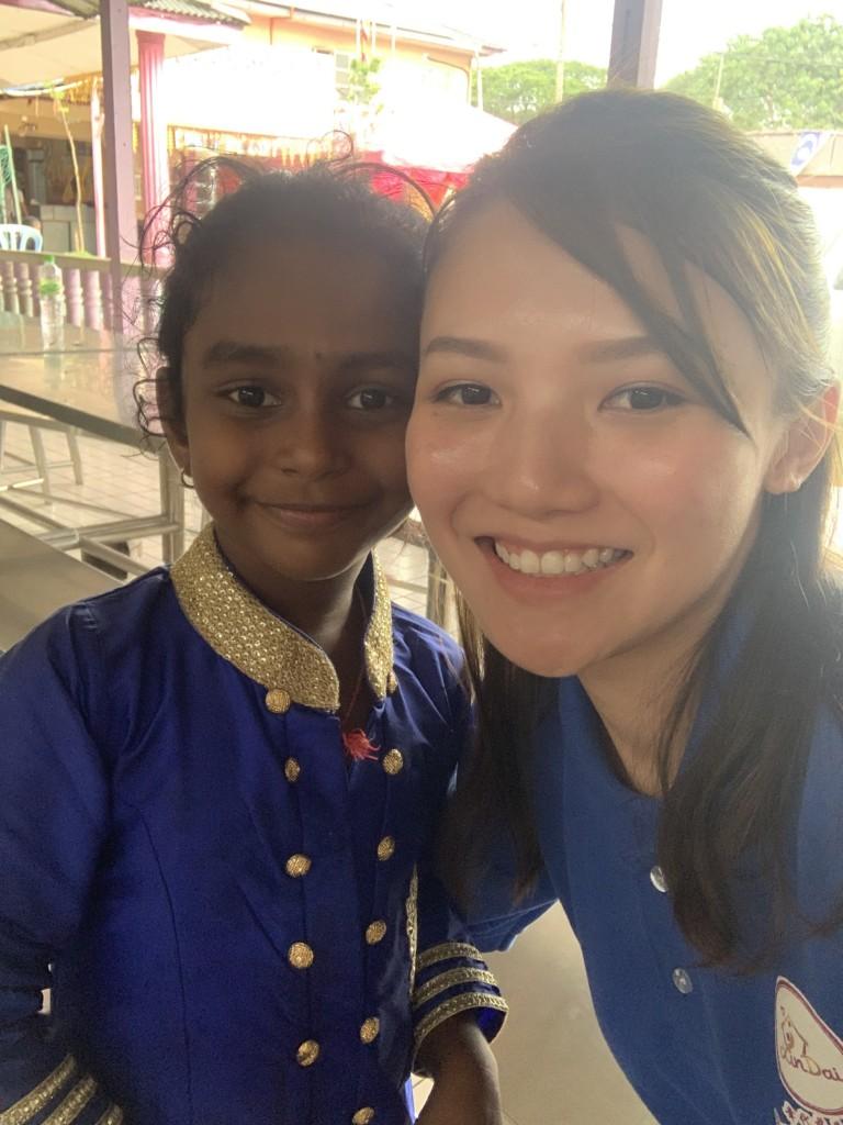 Sharon如今常常到孤儿院帮助举目无亲的孩子们。