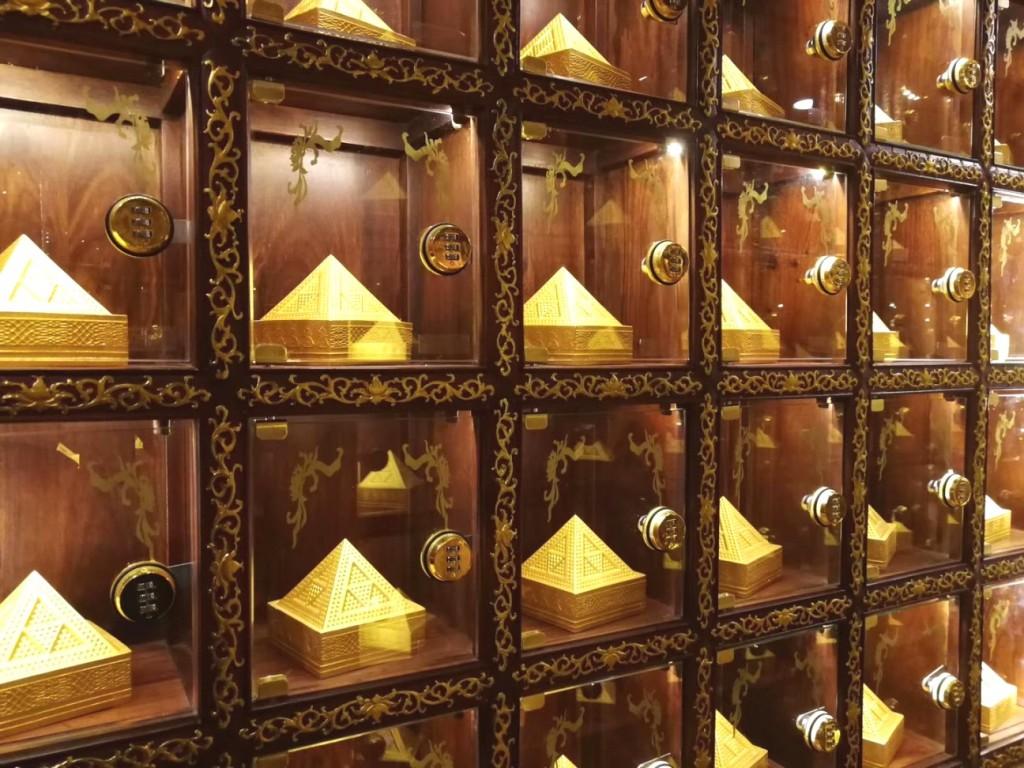 香格里拉蓝琉璃藏医药文化博物馆内的蓝琉璃时空仓拥有的50,000个单位,只要把时空金字塔放入这些时空仓内,每时每刻都可以汲取源源不绝的高素质能量。