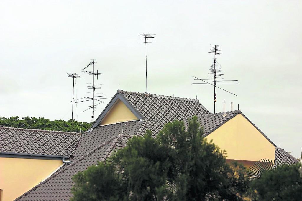 """从住家窗户、阳台向外看,某些角度若刚好对到无线杆时,即产生住家风水中的""""蜈蚣煞""""。"""