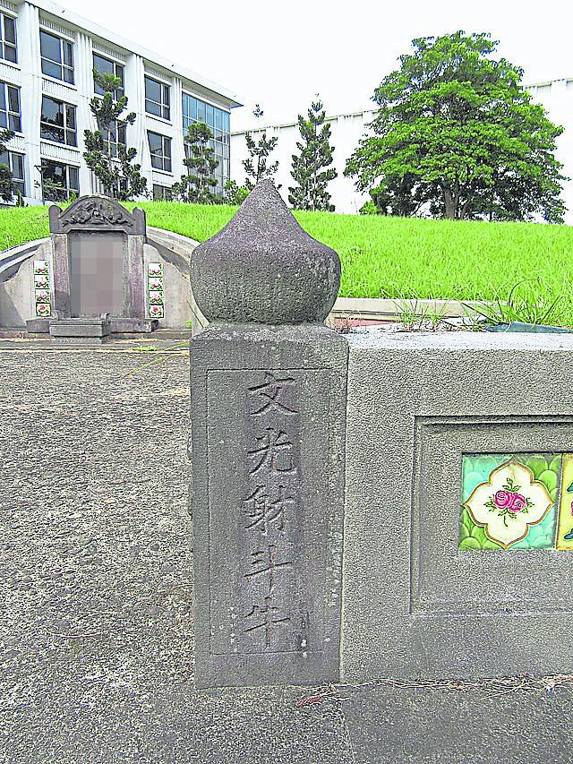 文昌笔通常设在坟墓左右圆形石柱,象征子孙多数是读书人有一番作为。