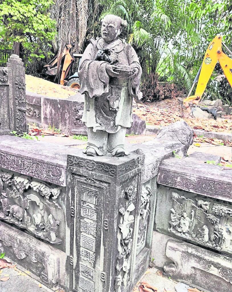 靠近墓碑的左右墓手柱子,各竖立一个不同造型的婢女, 颇有显耀大户之家和有权贵者气概。