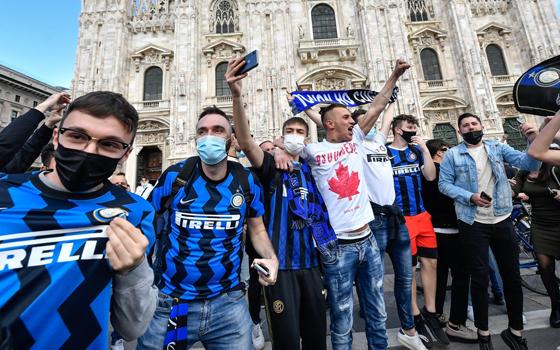 疯狂的国际米兰球迷包围了米兰大教堂,庆祝球队时隔11年再处问鼎意甲。