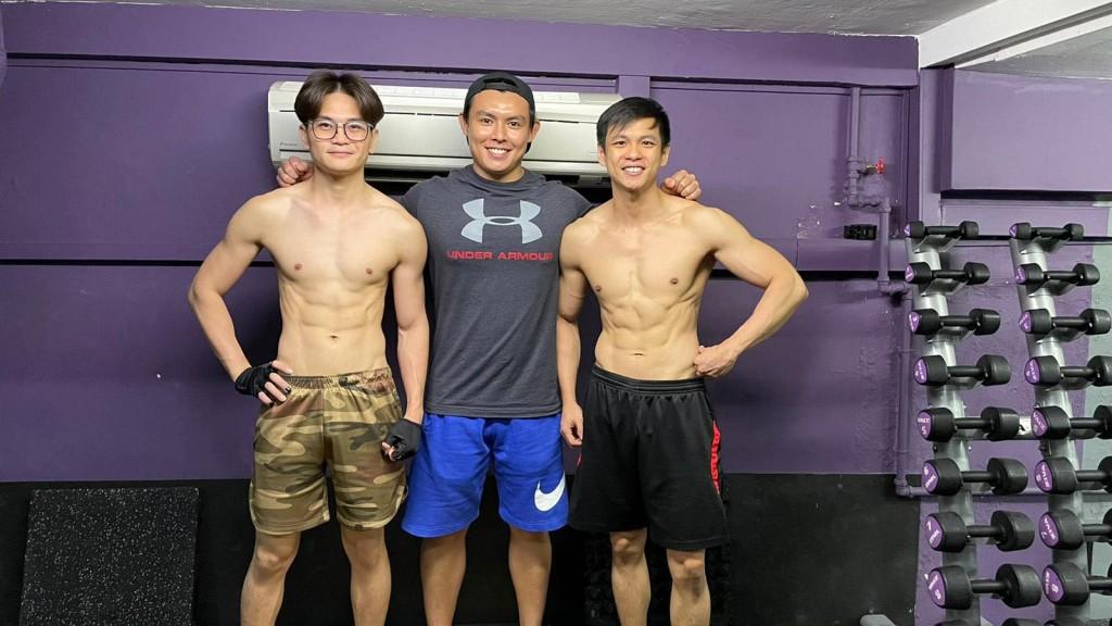 为了形象和健康,两人一同到健身房健身,Rio不久后还考获专业的健身教练执照。左起Cyrus、教练及Rio。
