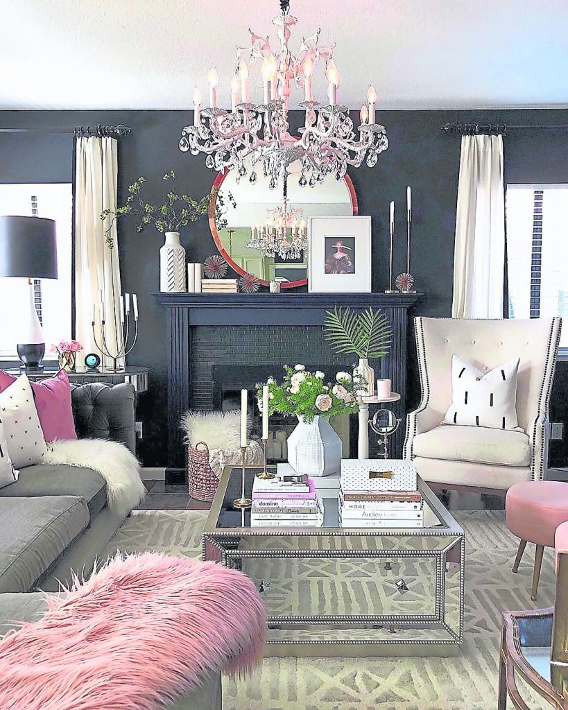 在客厅挂上一个符合客厅风格的吊灯,会让整个客厅都充满这金碧辉煌的效果,让财运、事业运都显现了出来。