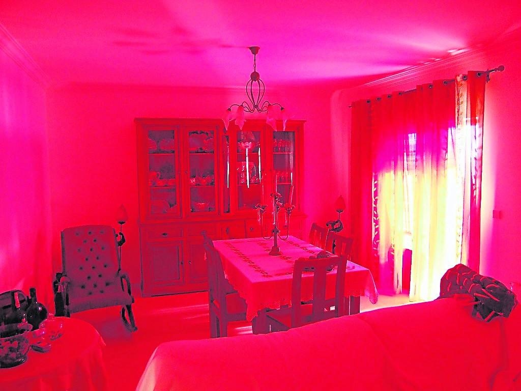 家里的灯饰不能太过于鲜艳,比如红色的灯光容易让人感到浮躁不安,其灯光应该柔和一些,毕竟家里是一个放松的空间。