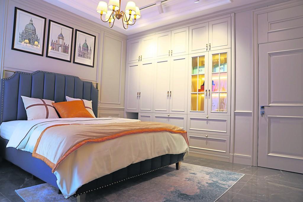 在布置卧室吊灯的时候不能让吊灯正对着床,这样的布置会让人有吊灯压顶的感觉,形成光煞。