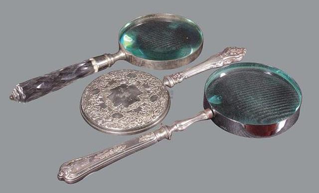 中国古代虽然没有眼镜,但是有放大镜,在东汉王室刘荆的墓中就出土了用水晶制造的放大镜,可以放大物体5倍。