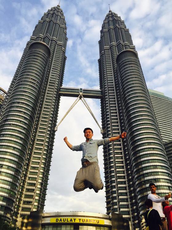 2015年刚到马来西亚,朋友带他到双子塔拍照打卡。