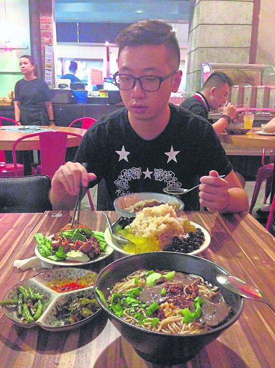 大马美食选择多,除了肉骨茶,板面也是唐荣铭常吃的本地食物。