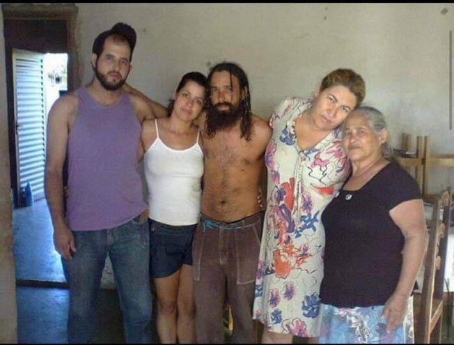 妹妹还带来Joao离家前的照片,这些年来,家人们都以为Joao死了。