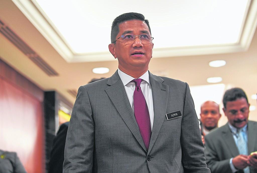 """阿兹敏跟公正党的""""牙齿印""""最深,巫统也不喜欢他,其他的政党包括行动党或伊斯兰党相信都不太愿意接纳他,而且他在马来社会或华社皆不受落。"""
