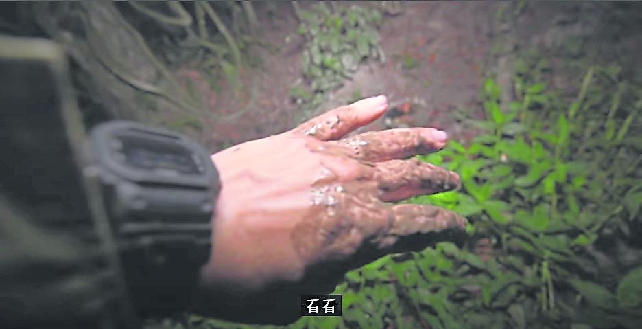 探灵期间,鬼黄陀不慎踩入食人泥,弄得满身泥泞。