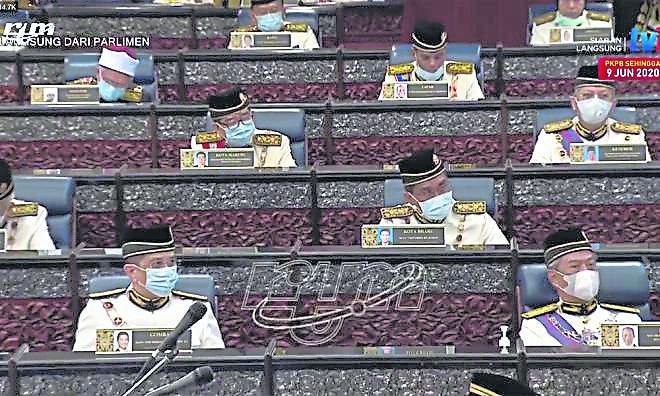 国盟政府执政以来,首度召开国会会议,阿兹敏的位置就与首相相隔两个位置,当时国盟虽然没了副首相的称号,但阿兹敏的地位就如同国盟政府的第二把交椅。
