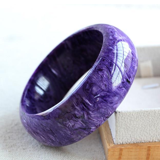 紫龙晶具有优雅纯正的紫色,间或有白色螺旋条纹状,形成一种非常独特的美丽。