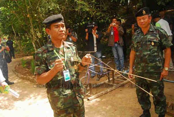 军方采用地灵尺探测地雷埋藏的位置。