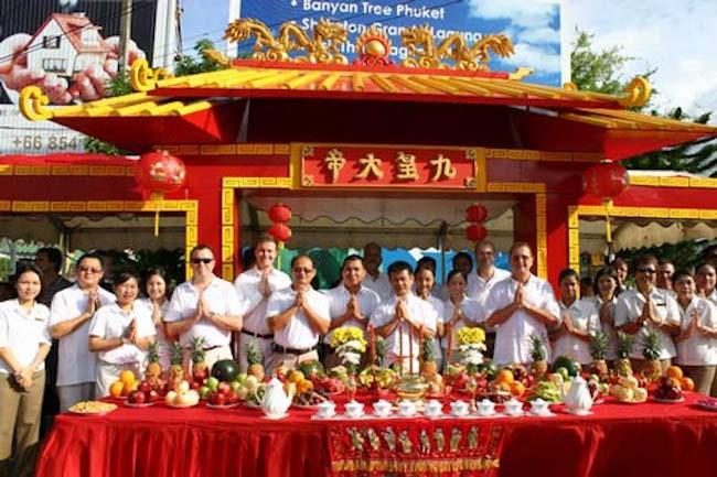 广州的九皇爷诞,多有拜斗之举,即在中堂摆上香花、果品,最重要的是一定要挂起九星灯。