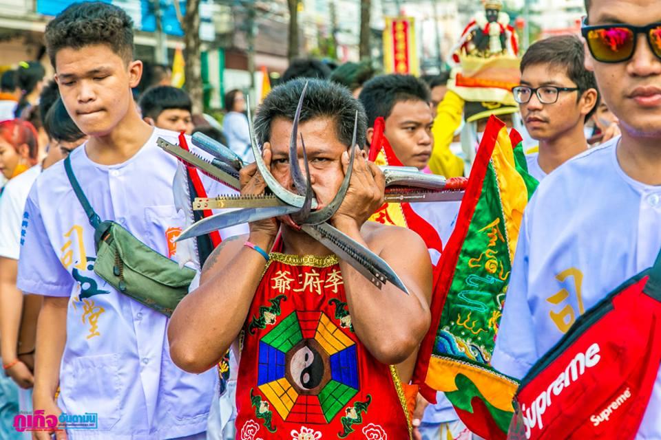 普吉岛九皇爷诞环城游行,各式各样器材穿越乩童的脸颊,此画面简直是惊人!