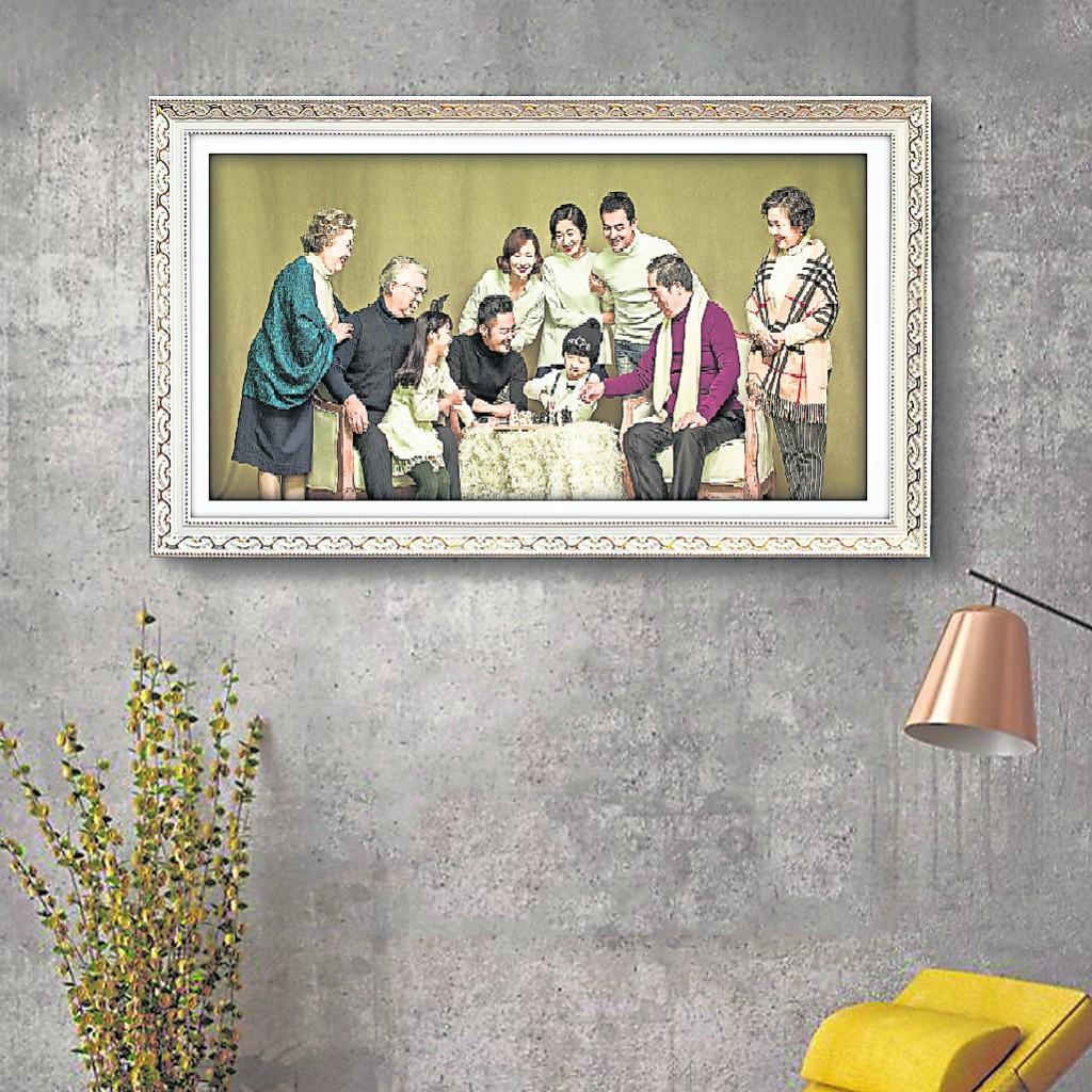 把全家福挂在客厅,能让全家人都沾财气。