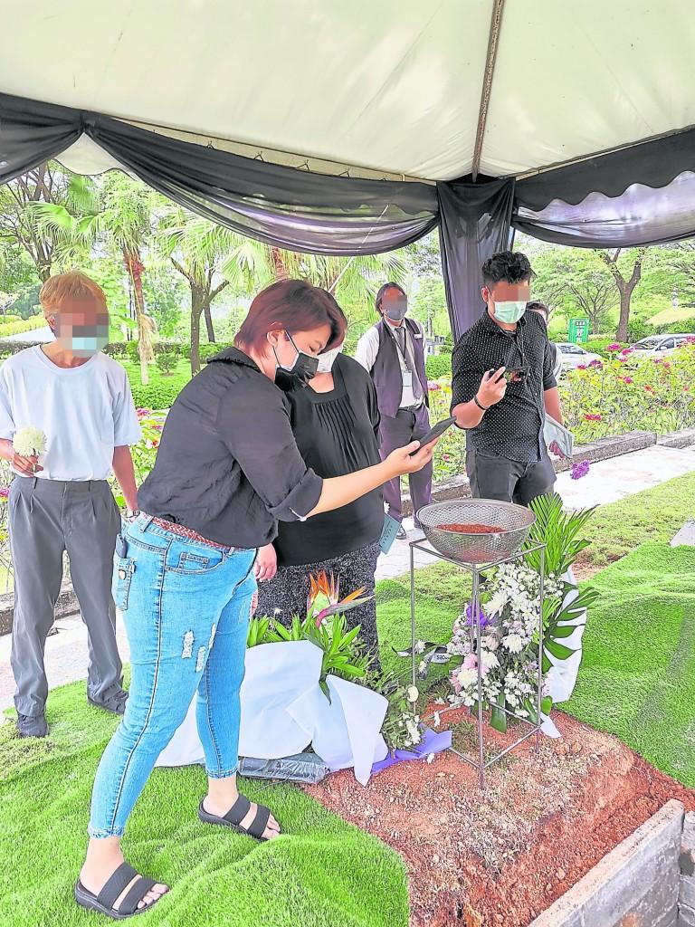 下葬仪式进行时,生命经理师也会前往现场打点,确保下葬及时、顺利。
