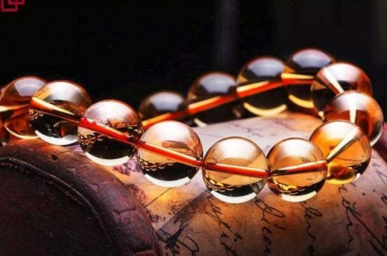 黄水晶主要是招正财,属于放射性水晶。按照左进右出的原理,要戴在左手。