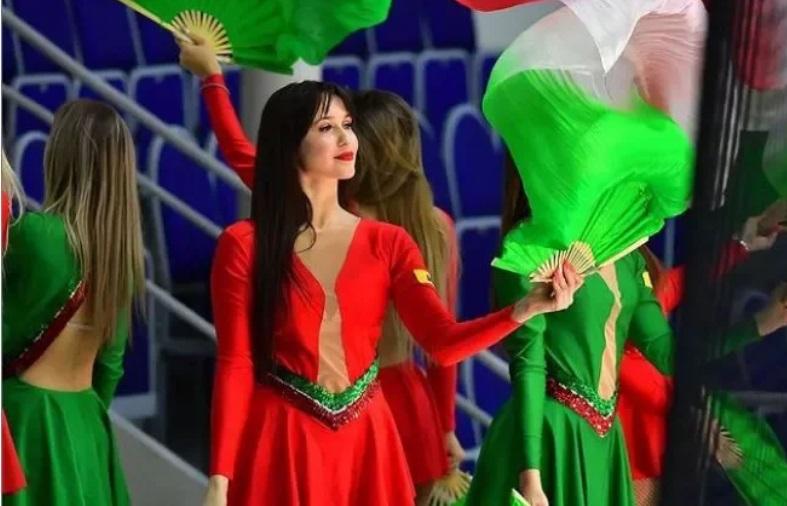 俄罗斯冰上曲棍球队「喀山雪豹」(AK Bars)啦啦队在场上的表演。