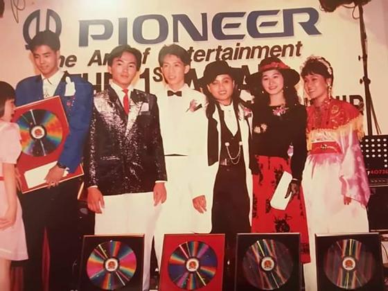 参加日本Pioneer公司主办亚洲歌唱比赛,荣获马来西亚总冠军。