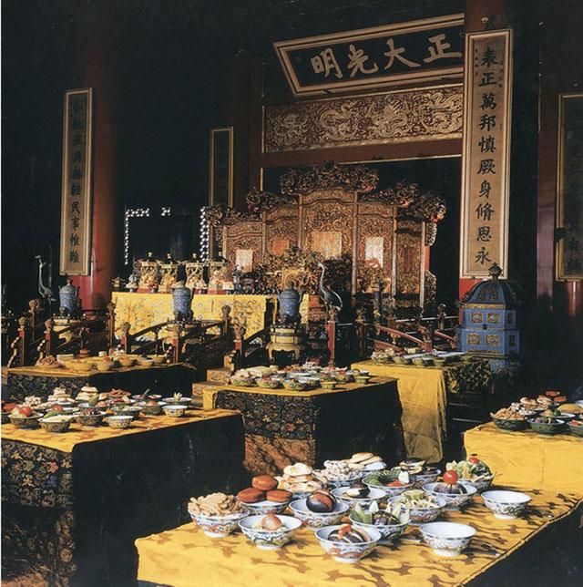 乾隆皇帝在中秋节宴请群臣赏月。