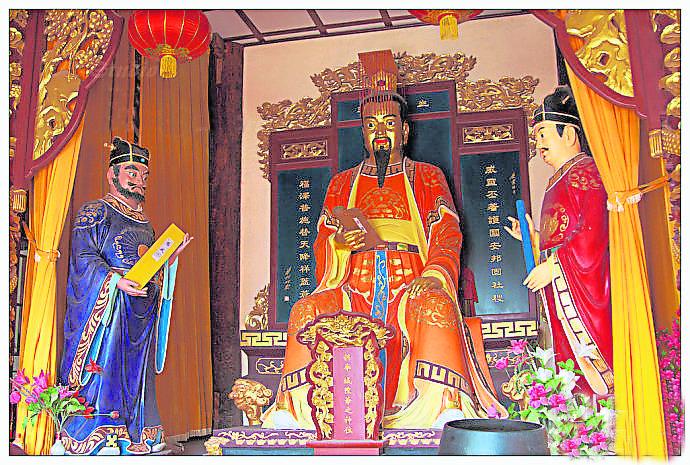 城隍是城池守护神,其前身是水庸神,起源于古代的水(隍)庸(城)的祭祀,掌管善恶赏罚,属于冥界的地方官。