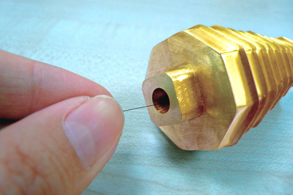 将头发置放在宇信文昌塔底层小孔,这个方法是使用宇宙能量的共振共鸣效果,提升使用者的磁场。