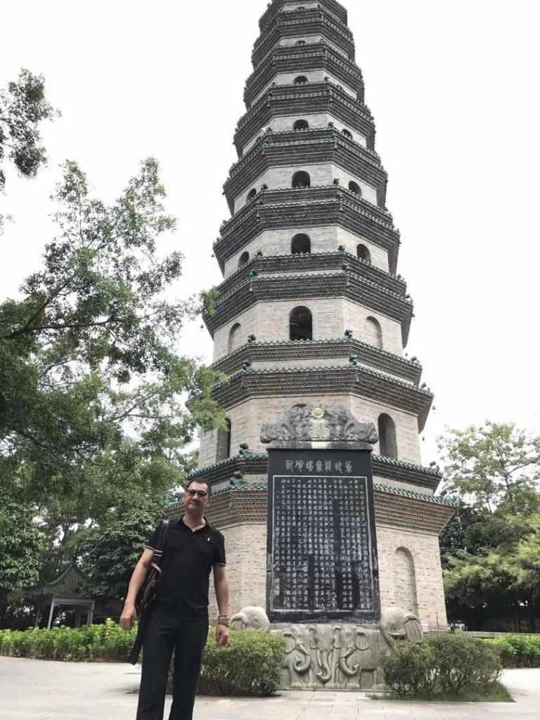 九层龙象文昌塔位于南宁市青秀山风景区凤翼岭上,始建于明代万历年间。