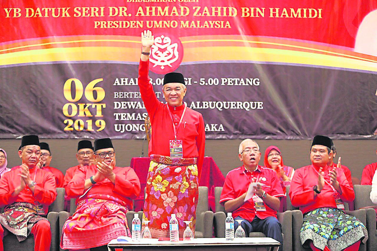 巫统主席阿末扎希放话,将开除叛党议员。