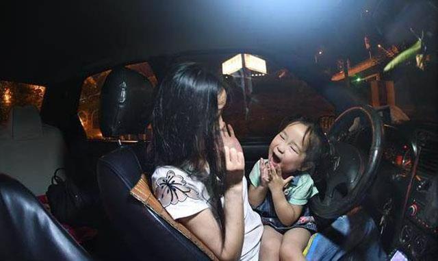 两母女的生活就在德士里度过。
