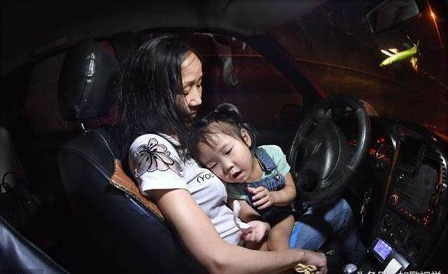 为了生活工作,李少云开德士时只好把女儿带着在身边。她最大的心愿就是希望能够给女儿一个安稳的家。