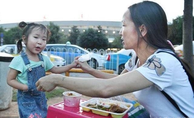 为在天河机场候客时,母女俩在路边买饭充饥。